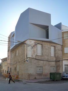 Casa Lude, Cehegín (Murcia) | Grupo Aranea  + http://www.dezeen.com/2011/04/12/casa-lude-by-grupo-aranea/  # Vivienda en esquina # Ampliación # Elevación para nuevo apartamento