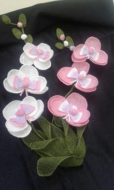 This Pin was discovered by HUZ Diy Flowers, Crochet Flowers, Flower Decorations, Fabric Flowers, Embroidery Bags, Machine Embroidery Designs, Burlap Crafts, Diy And Crafts, Lace Art