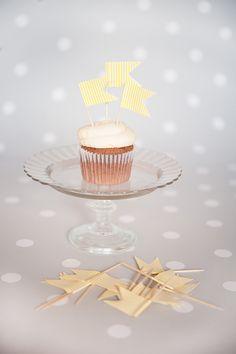Decoración de fiestas. Stand de cristal para cupcakes. Banderitas rayas amarillas para aperitivos.
