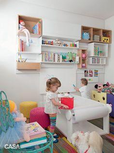 Nesta brinquedoteca de 7 m², a imaginação rola solta na lousa e no móvel com metros de papel branco