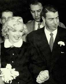 Marilyn Monroe Joe DiMaggio were marred on January She filed for divorce on grounds of mental cruelty nine months after the wedding. After Monroe's death in DiMaggio had red roses delivered to her crypt two to three times a week for some twenty years. Marilyn Monroe Fotos, Norma Jean Marilyn Monroe, Joe Dimaggio, Viejo Hollywood, Old Hollywood, Grace Kelly, Celebrity Couples, Celebrity Weddings, Famous Couples