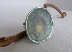 Bague ronde bleu gris et beige tour patine argentée : Bague par lolitoi-fimo