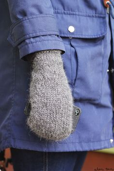 mittens with a hole for touch screen use (in finnish, but with pictures) Mittens, Knit Crochet, Knitting, How To Wear, Crafting, Touch, Pictures, Fashion, Gloves