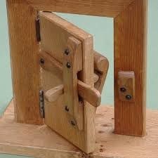 wooden latches and locks Wooden Hinges, Wooden Doors, Wood Projects, Projects To Try, Wood Joints, Diy Holz, Woodworking Tips, Into The Woods, Wood And Metal