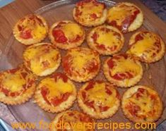 LORRAINE SE MINI PIZZAS Pizza Recipes, Snack Recipes, Cooking Recipes, Yummy Recipes, Finger Food Appetizers, Finger Foods, Easy Snacks, Easy Meals, Mini Pizzas