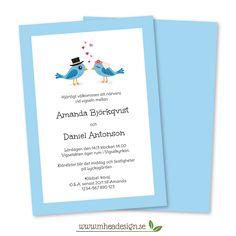 Ett inbjudningskort i A5-format för bröllop. Kortet har en tryckt blå kant och en illustration föreställande två blå fåglar, en brud med blommor och brudslöja och en brudgum i hatt. Mellan fåglarna är små rosa hjärtan som en symbol för kärlek. Baksidan är blå.