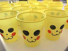 Bemalte Pikachu-Becher für einen Pokemon-Geburtstag - die perfekte Party für Kinder! Mehr Infos auf https://mamaskind.de.