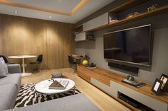 Wohnwand in Holz und Taupe - Fernseher an der Wand montiert