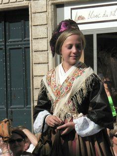 Une grande jeune fille d'Arles !