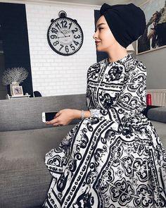 Image may contain: 1 person standing and indoor Tesettür İç Çamaşır Modelleri 2020 Hijab Fashion Summer, Modern Hijab Fashion, Street Hijab Fashion, Modesty Fashion, Hijab Fashion Inspiration, Abaya Fashion, Muslim Fashion, Hijab Mode, Mode Abaya