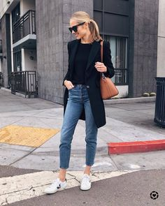 Blusa preta, moda feminina inverno, tenis branco, look trabalho, moda outon Mode Outfits, Jean Outfits, Fashion Outfits, Fashion Ideas, Fashion Tips, Fashion Trends, Fashion Mode, Look Fashion, Petite Fashion