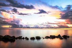 Romantico tramonto sopra il mare calmo