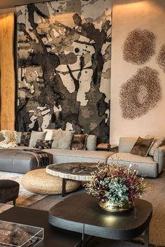 Decoração, design de interiores, decoração de casa, iluminação, obra de arte, quadro, pintura, flores, plantas, flores na decoração, plantas na decoração, sofá cinza, mesa de centro.