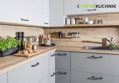 W strefie przygotowywania posiłków warto mieć wszystko pod ręką – pomogą w tym naścienne półeczki i zawieszki. www.wfm-kuchnie.pl