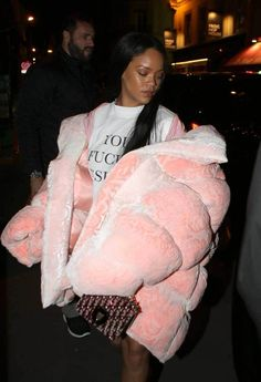 Rihanna was spotted rocking a pretty big jacket in Paris.She is probably the only one who can pull it off! Rihanna slays in GIGIANTIC pink jacket. Rihanna Mode, Rihanna Style, Rihanna Fenty, Rhianna Fashion, Rihanna Makeup, Fashion Killa, Look Fashion, Winter Fashion, Fashion Outfits