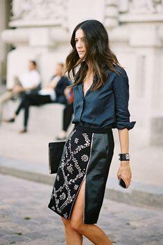 Stilikone Leila Yavari wählt zu dem Lederrock mit auffälliger Bestickung eine klassiche weich fallende Bluse. EInfach Fabelhaft!