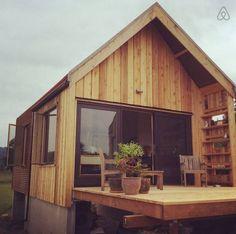 300 sq ft tiny cabin vacation on organic farm near portland 00019 Tiny… Small Tiny House, Micro House, Tiny House Design, Weekend House, Tiny Cabins, Small Places, Tiny Spaces, Small Space Living, Little Houses