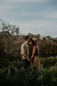 Click to check out more of these dreamy boho desert vibes! Loved photographing this sweet couple in the Southwest deserts in Arizona.
