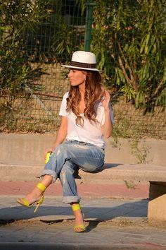 Spring / summer - street & chic style - boyfriend jeans + cream t shirt + panama hat + neon heels H&m Heels, Neon Heels, Neon Sandals, Casual Chic, Smart Casual, Boyfriend Jeans Style, Cream T Shirts, Street Chic, Street Fashion