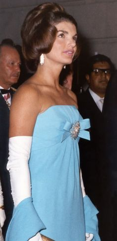 Nadire Atas on Jacqueline Kennedy Onassis Mrs. Kennedy in azure blue silk crepe Giselle by Oleg Cassini at reception in Mexico City, 30 June Jacqueline Kennedy Onassis, Estilo Jackie Kennedy, Les Kennedy, Jaqueline Kennedy, Carolyn Bessette Kennedy, John Kennedy, Grace Kelly, First Ladies, Mode Vintage