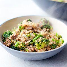 Makaron ryżowy smażony z brokułami i drobiowym mięsem mielonym