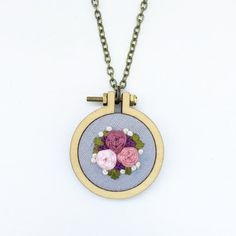 Embroidered Floral Mini Hoop Necklace di TillyandFloss su Etsy Hand Embroidery Projects, Hand Embroidery Flowers, Embroidery Jewelry, Silk Ribbon Embroidery, Embroidery Hoop Art, Hand Embroidery Patterns, Cross Stitch Embroidery, Fiber Art Jewelry, Craft Accessories