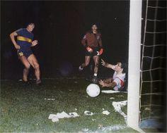 Diego Maradona jugando para Boca Juniors, haciendole un gol al clasico rival River Plate.