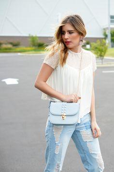 #FashionBySIMAN & Stylish Everywhere: Luce tus jeans rotos preferidos, acompañados de una blusa con transparencias, para crear un balance entre casual y chic, al mismo tiempo que luces #InStyle.