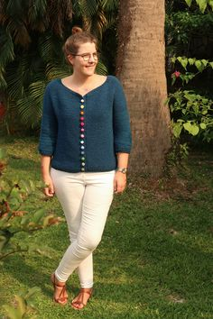 The Bonbon Cardigan is an elegant, comfortable knitted cardigan pattern. The simple construction and detailed step by step pictures makes it perfect for beginner knitters. Grab the pattern here. Knit Cardigan Pattern, Sweater Knitting Patterns, Knit Patterns, Shrug Pattern, Knit Shrug, Clothes Patterns, Free Pattern, Crochet Buttons, Cute Crochet