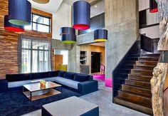 Le canapé d'angle classique dont le coloris se marie avec le tapis et les suspensions