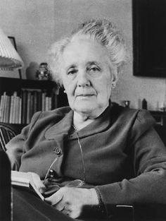 Mélanie Klein (1882-1960), psychanalyste autrichienne qui élabora des techniques thérapeutiques pour les enfants. (1) Elle a eu une grande influence sur les méthodes modernes de soins et de pédagogie, ainsi que sur les domaines de la psychologie de l'enfant et de la psychologie du développement. Elle reçut l'enseignement de Sandor Ferenczi et de Karl Abraham, deux proches de Sigmund Freud.