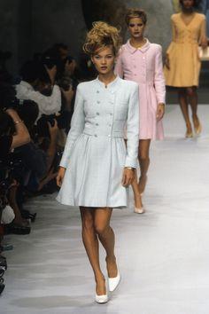 Chanel Spring 1996 Ready-to-Wear Fashion Show - Vogue Chanel Fashion Show, Couture Fashion, Runway Fashion, Chanel Style, 2000s Fashion, Retro Fashion, Vintage Fashion, 1990s Fashion Women, High Fashion