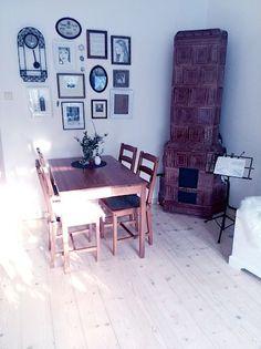 V bytě jsou pěkná kachlová kamna, která hezky doplňují jídelní kout.