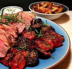 Cuvettesteg med bagte løg og tomater, samt ovn-pommes frites og lækker estragoncreme
