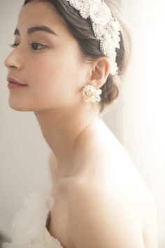 ビジューで作られた、横長デザインのフラワーモチーフが耳元でキラリ★ 人気のお花モチーフも素材と大きさを選べば、主役級にドレスアップをお約束。
