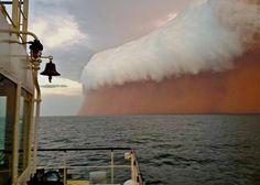 Ein gewaltiger Staubsturm nähert sich der Westküste von Australien.