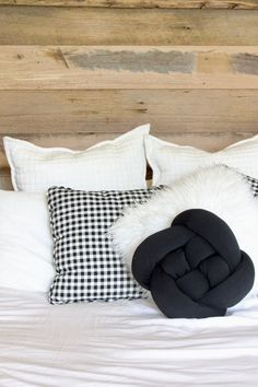 You KNOW you want to make your own DIY knot pillow. Diy Pillows, Throw Pillows, Clock For Kids, Sewing Machine Parts, Knot Pillow, Pillow Tutorial, Round Pillow, Finding A House, Diy Projects To Try