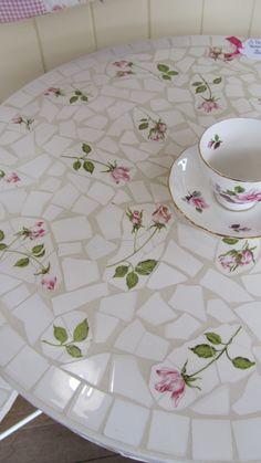 broken china mosaic table Craft and DIY Projects and Tutorials Tile Art, Mosaic Art, Mosaic Glass, Mosaic Tiles, Glass Art, Glass Tiles, Tiling, Stained Glass, Mosaic Crafts