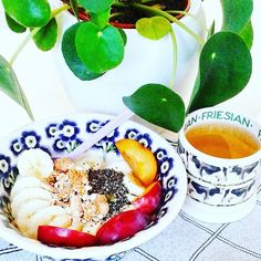 I started this wonderful day with #breakfastbowl #breakfast #ontbijt #banana #prums #homemadegranola #chiaseeds #oatmeal #havermout #pompoenpitten #greentea #glutenvrij #glutenfree #glutenfrei #nogluten #sansgluten #singluten #glutenfri #plantaardig #plantpower #plantbased #emmabridgewater #alprosoya #sugarfree #lactosefree #foodstyling #veggie #veganfoodshare #fitfood #pilea #greentea