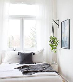 DIY Blumenampel im Schlafzimmer, Inspiration of the bedroom, White interior, Scandinavian. Bedroom Makeover, Home Bedroom, Small Apartment Bedrooms, Bedroom Diy, Apartment Bedroom Decor, Home Decor, White Interior, Modern Bedroom, Apartment Bedroom Design