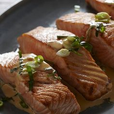 The secret to this tempting salmon recipe is the sauce — a smooth, flavourful and slightly fiery one made with coconut milk. After marinating the fish, just boil down the liquid. Yummy Recipes, Yummy Food, Bbq Menu, Chili Garlic Sauce, Grilled Salmon, Calories, Fish And Seafood, Salmon Recipes, Coconut Milk