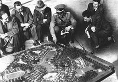 Нацисты не пожалели средств на подготовку Олимпийских игр. На этой фотографии немецкие власти демонстрируют территорию Олимпийской деревни, используя ее уменьшенную модель. Берлин, Германия, июль 1936 года.