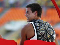 Diskuswerfer Gunnar Nixon kühlt sich bei der Leichtathletik-WM mit einer Kühlweste. (Foto: Kerim Okten/dpa) Michael Kors Watch, Bags, Accessories, Fashion, Pictures, Vest, Sporty, Handbags, Moda