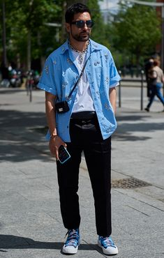 See the latest men's street style photography at FashionBeans. Browse through our street style gallery today - updated weekly. Men's Street Style Photography, Fashion Pants, Mens Fashion, Blue Jean Outfits, Best Dressed Man, Men Street, Fashion Gallery, Street Style Looks, Style Guides