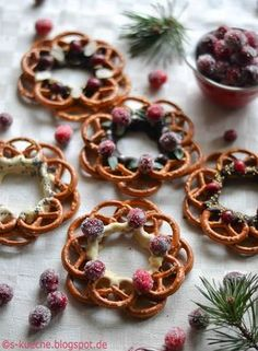 Pretzel wreaths with chocolate as a sweet and salty snack - Dessert Recipes Oktoberfest Party, Baking Recipes, Cake Recipes, Dessert Recipes, Recipes Dinner, Salty Snacks, Snacks Für Party, Vegetable Drinks, Banana Split