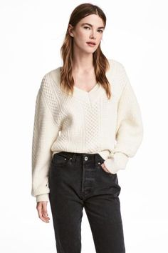 V-neck jumper in a soft pattern knit with dropped shoulders, long, wide sleeves and ribbing around the neckline, cuffs and hem.