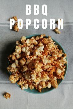 BBQ-Popcorn: Die Mischung aus rauchiger Paprika, scharfem Cayenne-Pfeffer und einem Hauch braunem Zucker machen dieses Popcorn einfach unwiderstehlich! Popcorn vom Herd, ohne Mikrowelle! Gesunder salziger Snack. Popcorn einfach selber machen im Topf. Einfache Popcorn Rezepte mit vielen Fotos für salziges BBQ Popcorn oder süßes Karamell Popcorn. Tolle Snack Idee auch für Unterwegs beim Campen, im Wohnmobil oder am Lagerfeuer. #gesundersnack #PopcornRezepteSüß #SnackIdeen #Salzkaramell Camping Snacks, Bbq, Butter, Cereal, Oatmeal, Bakery, Breakfast, Food, Diy