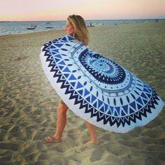 Serviette ronde de plage Azul via La Bohémienne. Click on the image to see more!