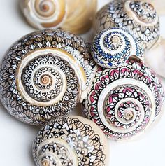 Use Ultra Fine Sharpies To Decorate Sea Shells. Use Ultra Fine Sharpies To Decorate Sea Shells. Seashell Painting, Seashell Art, Seashell Crafts, Beach Crafts, Stone Painting, Diy Crafts, Sharpie Crafts, Sharpie Art, Garden Crafts