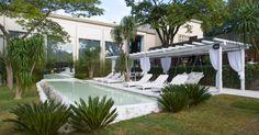 assinada-por-marcelo-faisal-a-praca-casa-cor-de-500-m-tem-piscina-pergolado-e-mobiliario-todos-brancos-o-arquiteto-e-paisagista-batizou-o-ambiente-de-terraco-grego---jardins-da-1403027467232_956x500.jpg (956×500)